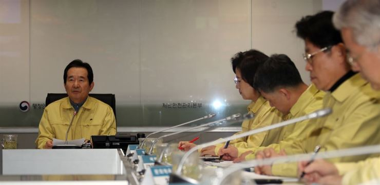Prime Minister Chung Sye-kyun, left, is in an emergency meeting at the central disaster safety control tower at the Seoul Government Complex in Jongno District, Jan. 24, as the country saw the second person in its soil infected with the Wuhan coronavirus from China. Yonhap