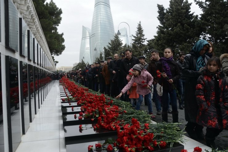 Visitors to the Alley of Martyrs in Baku pay tribute to the martyrs of the 'Black January' massacre in 1990. / Embassy of Azerbaijan