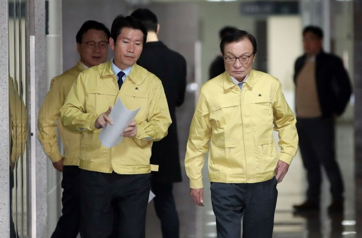 Ruling Democratic Party of Korea, right, Chairman Lee Hae-chan and floor leader Lee In-young / Yonhap