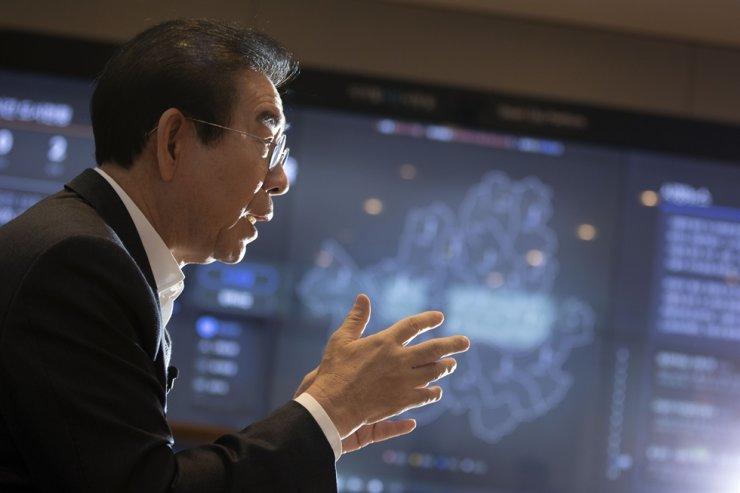 Seoul Mayor Park Won-soon talks with The Korea Times reporters during an interview at his office, Nov. 27. In the background is a smart board with real-time city data. Korea Times photo by Choi Won-suk