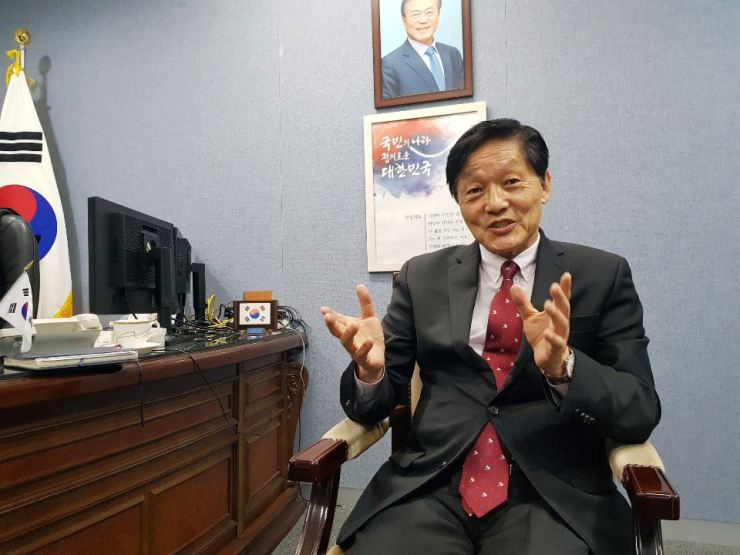 Han Woo-sung, head of Overseas Koreans Foundation, in his office last week / Yonhap