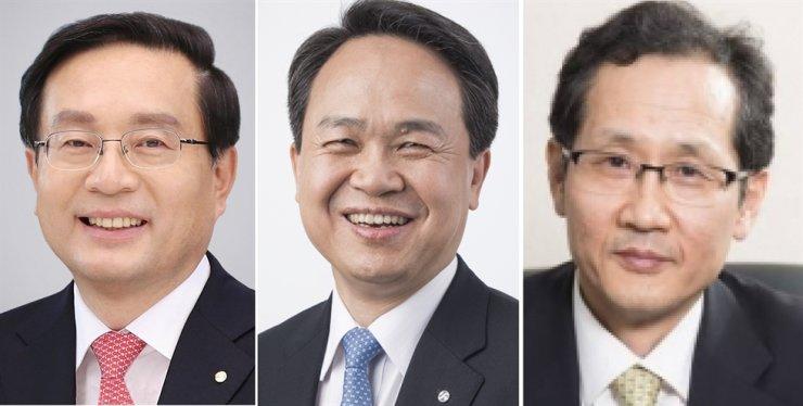 From left are Woori Bank CEO Son Tae-seung, Shinhan Bank CEO Jin Ok-dong and KEB Hana Bank CEO Ji Sung-kyoo. / Korea Times file