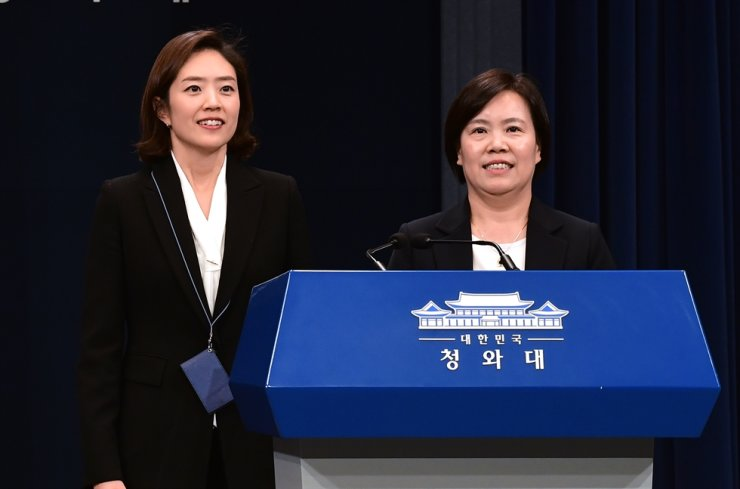 Ko Min-jung, left, former Cheong Wa Dae spokeswoman, and Yoo Song-hwa, former director of the Chunchugwan press center, deliver their farewell speeches at the center, Wednesday, after resigning their posts to run in the April 15 general election. Korea Times photo by Wang Tae-seok