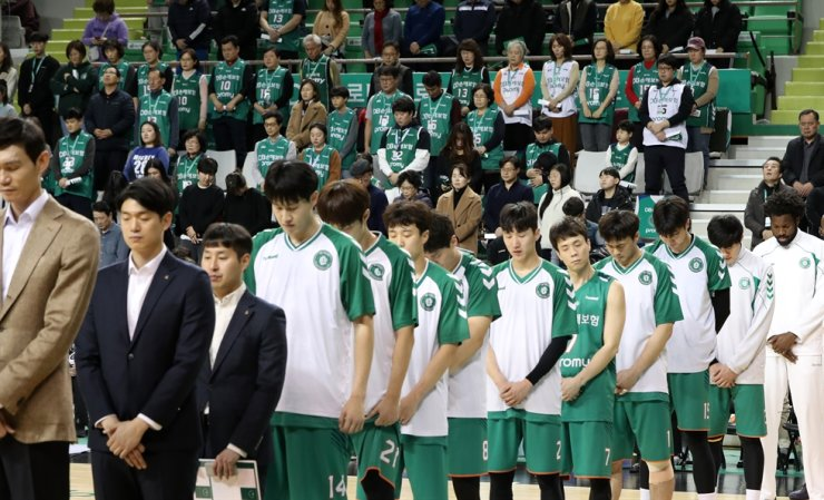 Basketball players from Wonju DB Promy pay silent tribute to Kobe Bryant before their game against the Seoul Samsung Thunders at Wonju Gymnasium in Gangwon Province, Monday. Yonhap