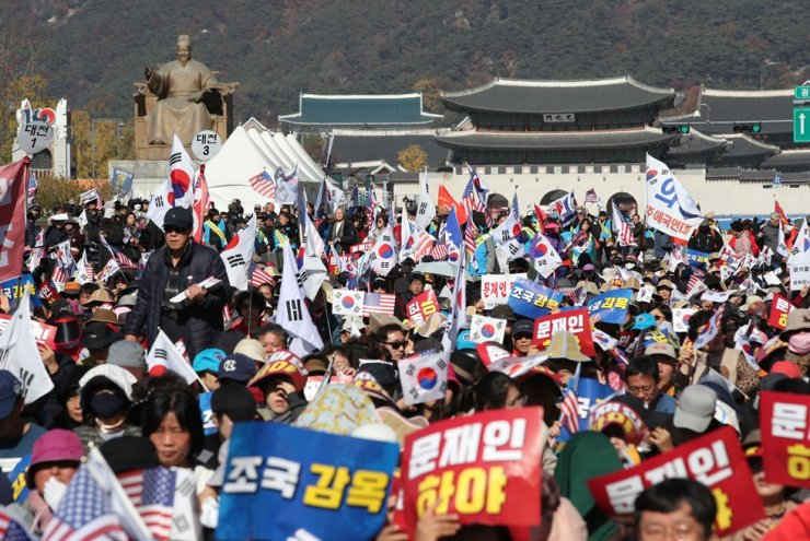 Members of conservative groups stage an anti-government rally at Gwanghwamun in Seoul, Nov. 9. Seeking out selective information catering to their own biases on YouTube, a growing number of elderly people are taking part in protests which often involve extreme right-wing views. / Yonhap