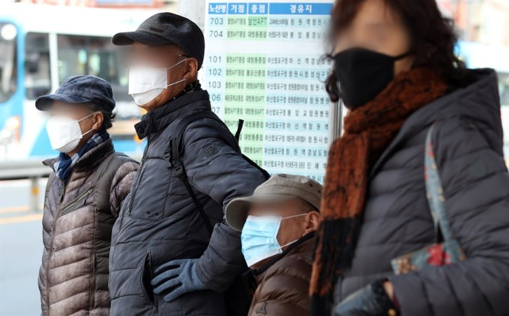 Citizens wearing protective masks wait for the bus in Changwon, South Gyeongsang Province, Wednesday, amid growing concerns over the spread of the new deadly coronavirus that originated from Wuhan, China. /Yonhap