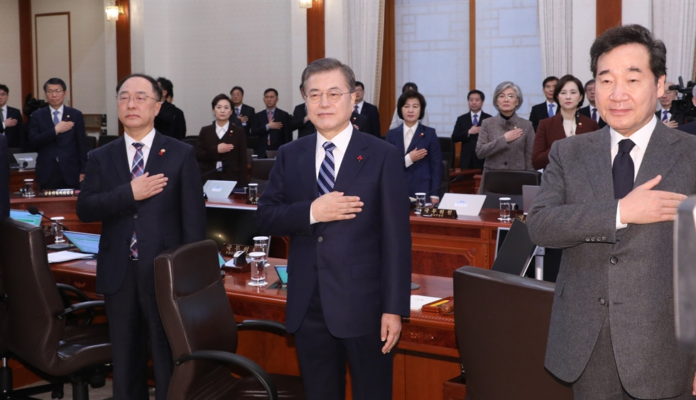President Moon Jae-in speaks during his New Year's address at Cheong Wa Dae, Tuesday. Yonhap
