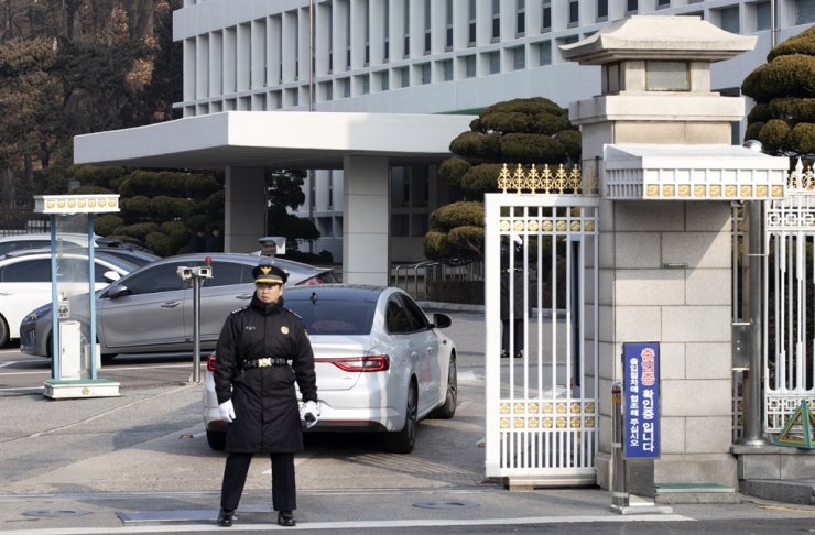 A security official stands guard on a road leading to Cheong Wa Dae, Friday. State prosecutors raided an office in the presidential office in a widening probe into an election-meddling scandal involving the incumbent Ulsan mayor, a close presidential confidant. Yonhap
