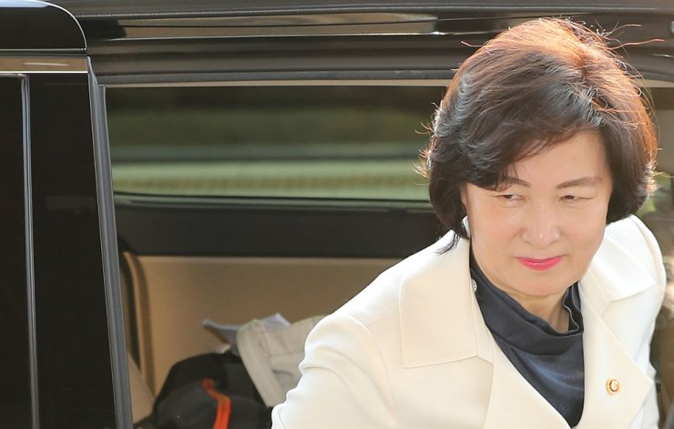 Justice Minister Choo Mi-ae arrives at her office in Gwacheon, Gyeonggi Province, Tuesday morning./ Yonhap
