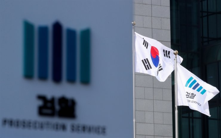 Flags of the Republic of Korea and the Prosecution Service wave at the Seoul Central District Prosecutors' Office in Seocho-gu, Seoul, Sunday. Yonhap