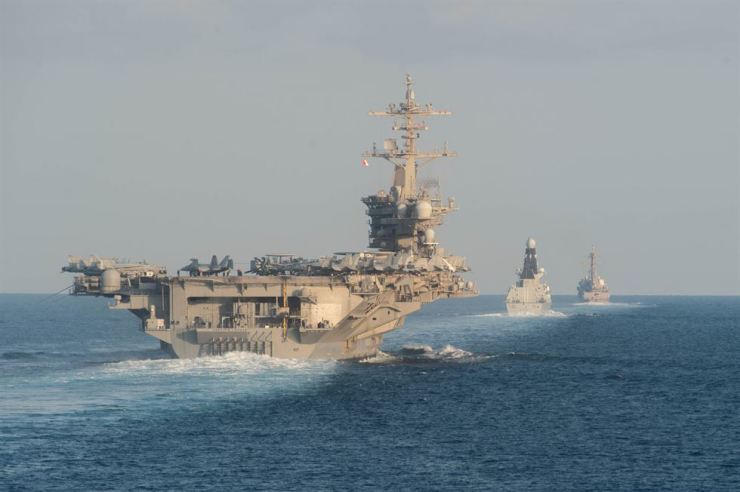 From left to right, the aircraft carrier USS Abraham Lincoln, the air-defense destroyer HMS Defender and the guided-missile destroyer USS Farragut transit the Strait of Hormuz In this file photo taken Nov. 19, 2019. AFP-Yonhap