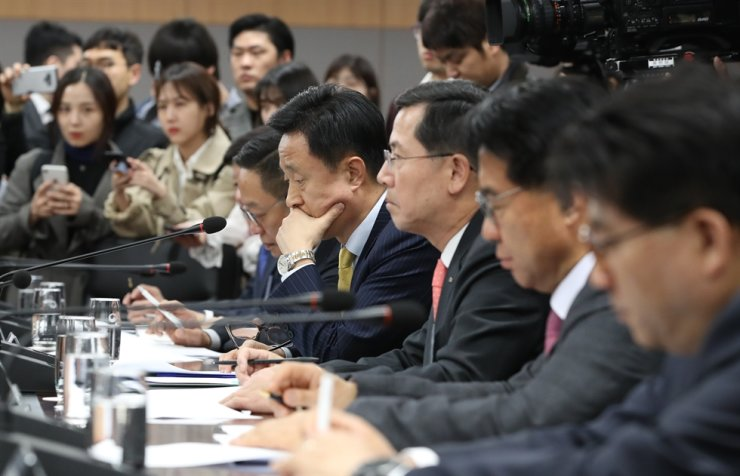 Card firm CEOs listen to then Financial Services Commission Chairman Choi Jong-ku during a meeting at the Government Complex Seoul in this April 2019 file photo. / Yonhap