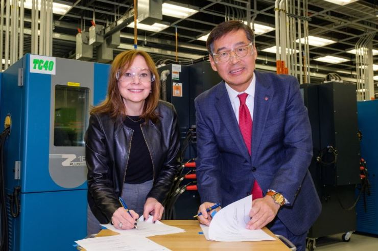 LG Chem Vice Chairman and CEO Shin Hak-cheol, right, and General Motors Chairwoman and CEO Mary Barra sign an agreement at the GM Global Tech Center in Michigan, Dec. 5 (local time). / Courtesy of LG Chem
