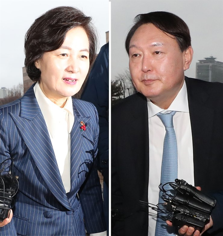 Justice Minister Choo Mi-ae, left and Prosecutor-General Yoon Seok-youl arrive at the Ministry of Justice building in Gwacheon, Gyeonggi Province for a meeting, Tuesday. The two are at odds over Choo's plan to reassign prosecutors./ Yonhap