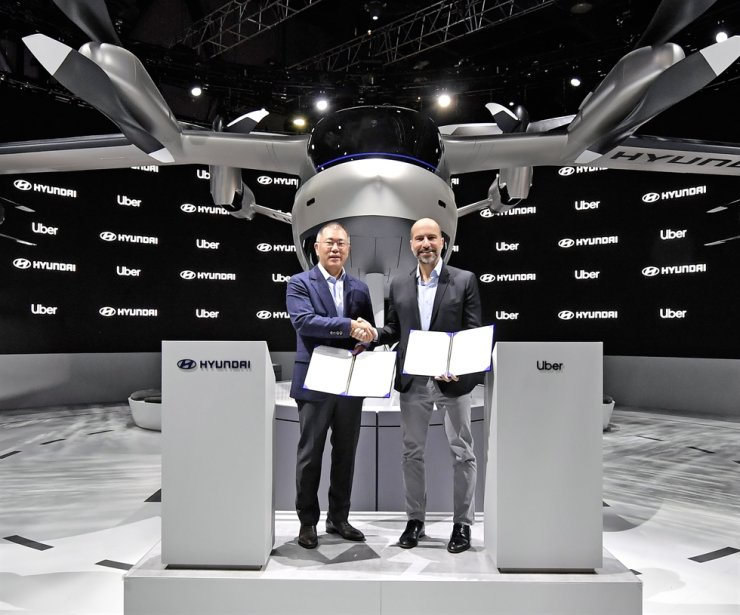 Hyundai Motor Group Executive Vice Chairman Chung Euisun, left, and Uber CEO Dara Khosrowshahi hold their partnership agreement at the former's booth at the 2020 Consumer Electronics Show in Las Vegas, Wednesday (KST). Courtesy of Hyundai Motor