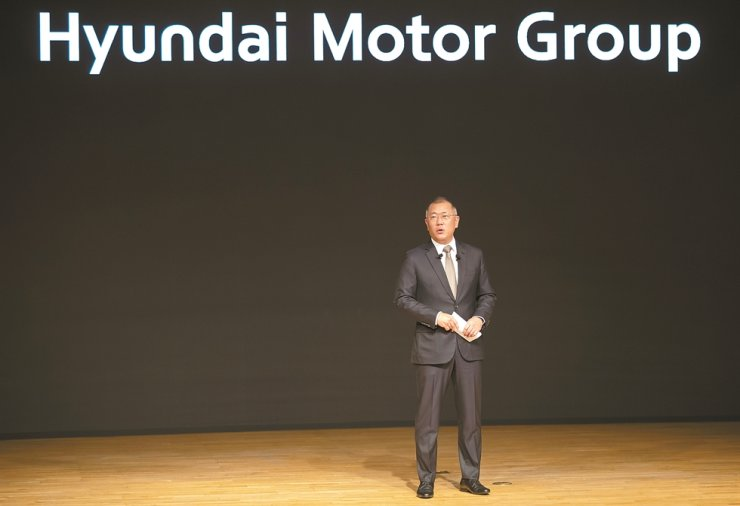 Hyundai Motor Group Executive Vice Chairman Chung Euisun speaks during a meeting to begin the New Year at its headquarters in Seoul, Thursday. Chung vowed to invest more than 100 trillion won ($86.6 billion) in future vehicles by 2025. / Yonhap