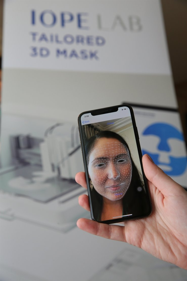 A visitor tries making a personalized mask pack with Amorepacific's new 3D Printing Mask Pack device at the Consumer Electronics Show in Las Vegas, Thursday. / Courtesy of Amorepacific