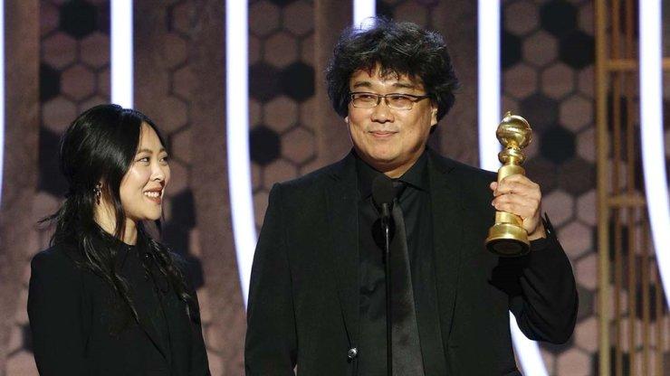 'Parasite' director Bong Joon-ho gives his acceptance speech at the 2020 Golden Globe Awards. Yonhap