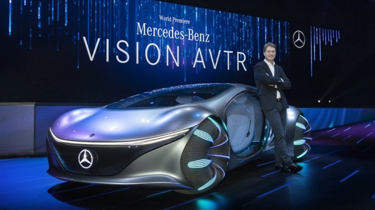 Daimler AG Chairman Ola Kallenius poses with the Mercedes-Benz VISION AVTR during the brand's press conference at the 2020 Consumer Electronics Show in Las Vegas, Tuesday (KST). Courtesy of Mercedes-Benz