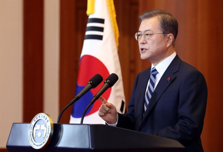 President Moon Jae-in delivers a New Year address at Cheong Wa Dae, Tuesday. Yonhap