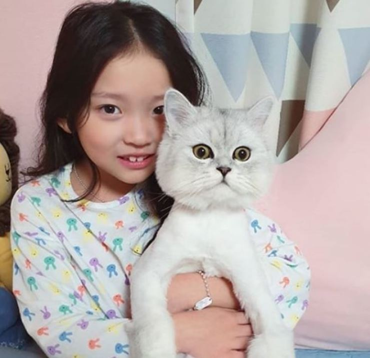 Child actress Koo Sa-rang, 8, has been accused of abusing her cat. Screen capture from Facebook