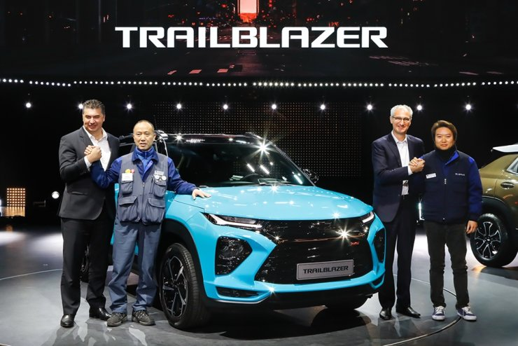 GM Korea CEO Kaher Kazem, left, and GM Korea labor union head Kim Seong-kab, second from left, with the Trailblazer during the SUV's launch event at the Paradise City hotel in Incheon, Thursday. Courtesy of GM Korea