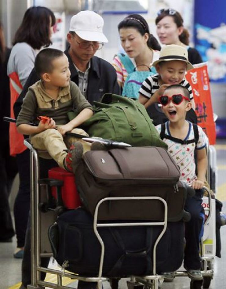 Chinese tourists arrive at Incheon Airport. Yonhap