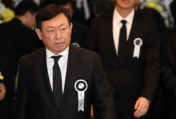 Lotte Group Chairman Shin Dong-bin leaves the funeral hall at Asan Medical Center in Songpa-gu, Seoul, Monday. Shin's father Shin Kyuk-ho died of a chronic illness at age 99 on Sunday. / Yonhap