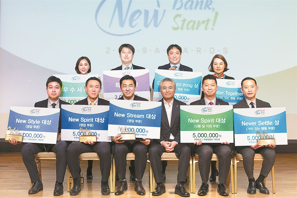 Standard Chartered Bank Korea CEO Park Jong-bok delivers an opening remark during a New Year's meeting with staff at its headquarters in Seoul, Monday. Courtesy of Standard Chartered Bank Korea