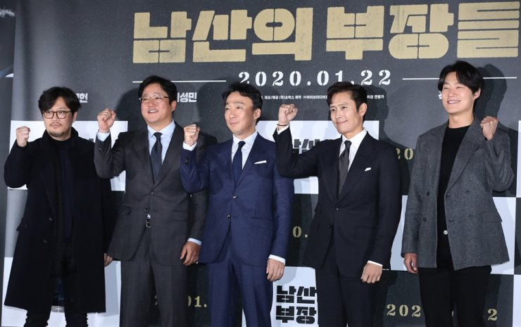 From left, director Woo Min-ho, actors Kwak Do-won, Lee Sung-min, Lee Byung-hun and Lee Hee-jun pose for a photo during a press conference for new film 'The Man Standing Next' in Seoul, Wednesday. / Yonhap