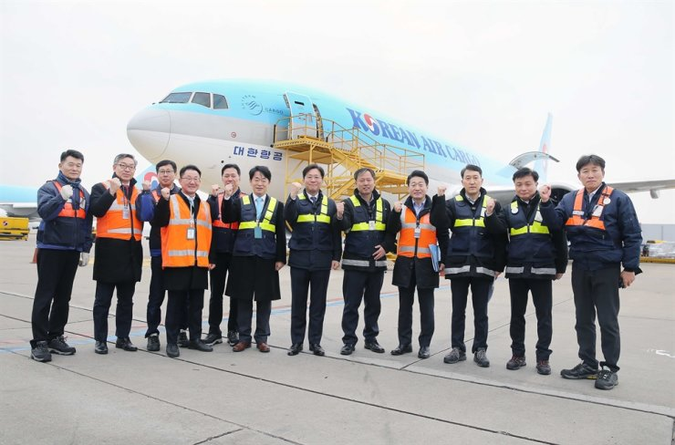 Minister of Trade, Industry and Energy Sung Yun-mo, seventh from left, poses with officials at Korean Air cargo terminal at Incheon International Airport, Wednesday. Terminals at the airport are in charge of 30 percent of Korea's total exports and 98 percent of semiconductor exports. Courtesy of Ministry of Trade, Industry and Energy