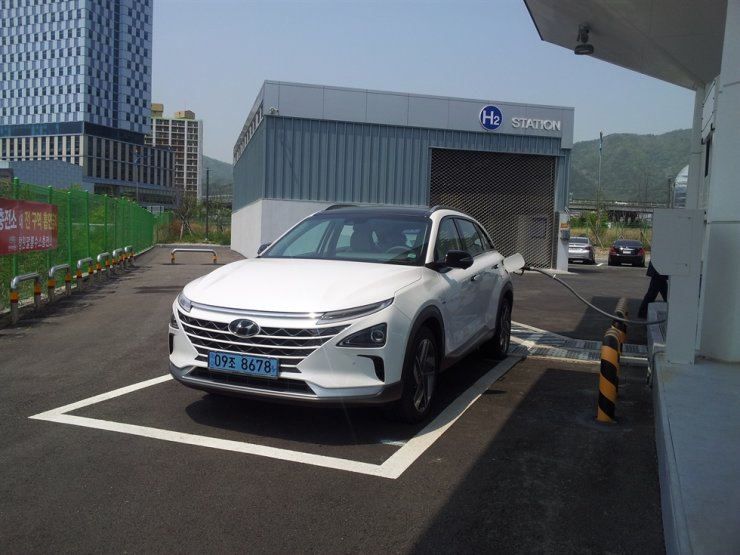 Hyundai Motor's hydrogen fuel-cell sedan Nexo fills up at the Palyong refueling station in Changwon, South Gyeongsang Province. Courtesy of Changwon City Office