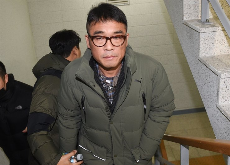 Singer Kim Gun-mo arrives at the Gangnam Police Office in southern Seoul for an interrogation session, Wednesday./ Yonhap