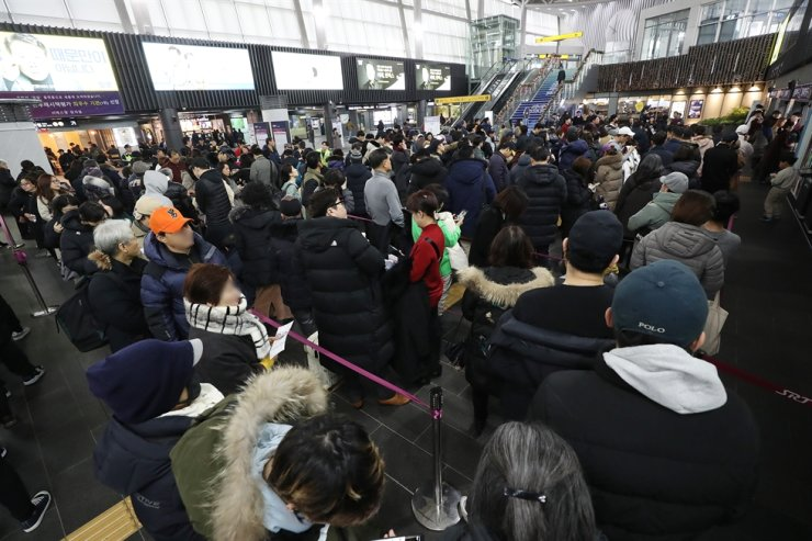 People wait in a long line at Suseo Station in southern Seoul, Thursday, to purchase bullet train tickets to their hometowns to visit family members and relatives during the Lunar New Year holiday, which runs from Jan. 23 through 27. / Yonhap