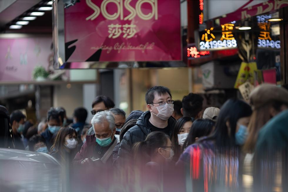 Customers queue to buy groceries at a supermarket following a new coronavirus outbreak in Hong Kong, China, Jan. 29, 2020. Reuters-Yonhap