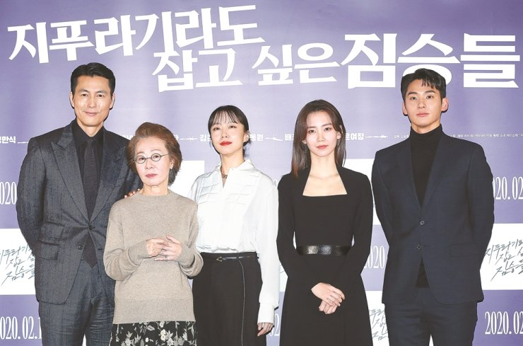 From left, actors Jung Woo-sung, Youn Yuh-jung, Jeon Do-yeon, Shin Hyun-been and Jung Ga-ram pose for a picture during a press conference for new film 'Beasts Clawing at Straws' in Seoul, Monday. / Yonhap