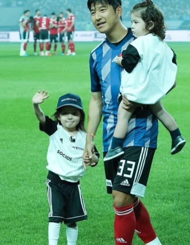Soccer player park Joo-ho with his children Na-eun and Gun-hoo. Korea Times file