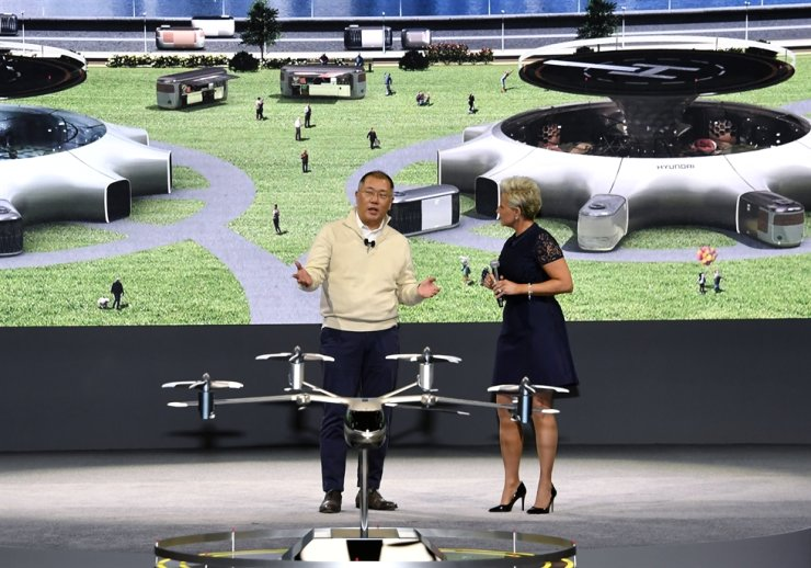 Hyundai Motor Group Executive Vice Chairman Chung Euisun, left, introduces the group's plan for future mobility services during a press conference at the 2020 Consumer Electronics Show in Las Vegas, Monday (local time). Courtesy of Hyundai Motor Group