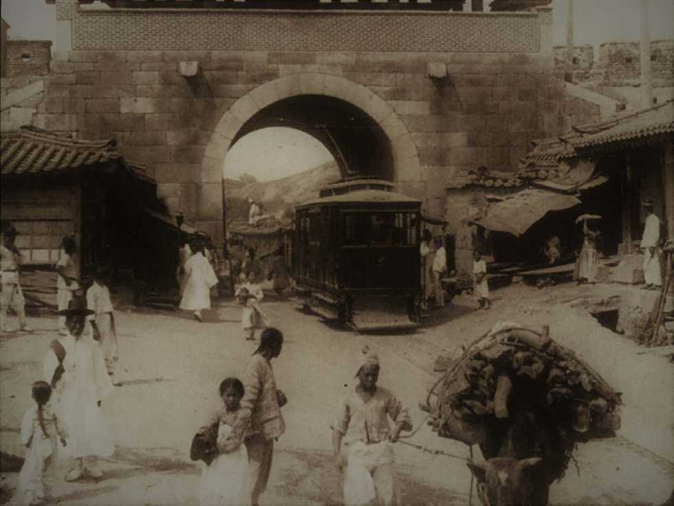 A streetcar in 1902 from the Bostwick photo album / Seoul Museum of History Exhibit
