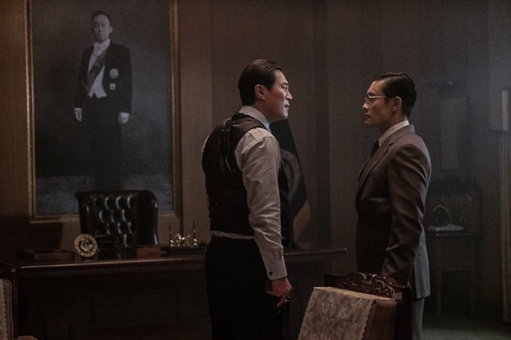 Lee Byung-hun, right, and Lee Hee-jun in a scene from 'The Man Standing Next' / Courtesy of Showbox