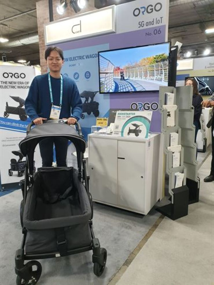 Chung Jin-woo, assistant manager of DCART, demonstrates the firm's electric stroller 'ORGO' at the Consumer Electronics Show in Las Vegas, Thursday. / Korea Times photo by Baek Byung-yeul