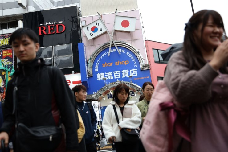 Korean and Japanese flags are being displayed in a Korea town in Tokyo in this Oct. 22 file photo. Korea Times photo by Choi Won-suk