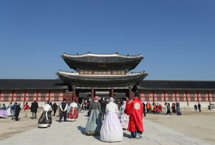 Tourists visit Gyeongbok Palace in central Seoul, Jan. 5. / Yonhap