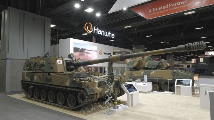 A self-propelled anti-aircraft weapon Hybrid Biho, right, developed by Hanwha Defense in cooperation with LIG Nex1, is displayed at Association of the United States Army exhibition held in Washington, in Oct. 2017. / Courtesy of Hanwha Defense