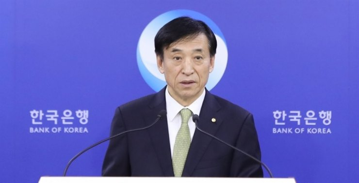 Bank of Korea Governor Lee Ju-yeol speaks during a press conference in Seoul, Friday when the central bank decided to keep a key interest rate unchanged at 1.25 percent. Yonhap