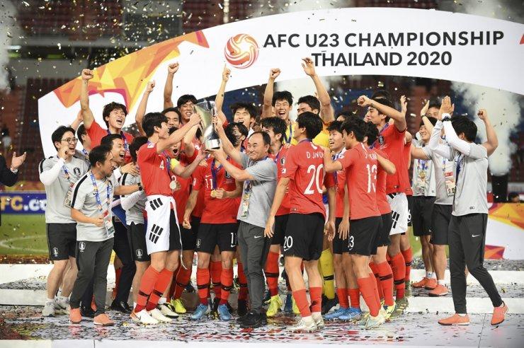 South Korea's head coach Kim Hak-bum hold trophy with South Korea football team celebrate after AFC U-23 Championship 2020 final round at Rajamangala national stadium Bangkok, Thailand, Sunday. South Korea beat Saudi Arabia 1-0. / AP-Yonhap
