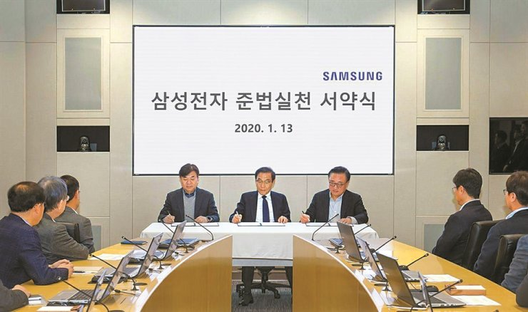 Samsung Electronics Vice Chairman Kim Ki-nam, center, signs agreements to make sure the company-launched anti-corruption committee functions, independently, during the signing event held in its main technology compound in Suwon, Gyeonggi Province. On Kim's left is Samsung Electronics president Kim Hyun-seok and to his right is the company's mobile boss Ko Dong-jin, Monday. Yonhap