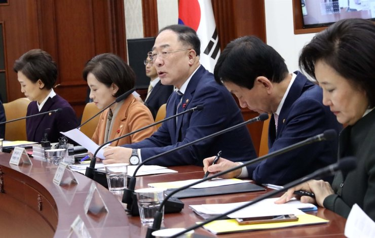 Finance Minister Hong Nam-ki speaks at the beginning of a meeting with economy-related ministers at the Government Complex in Gwanghwamun Seoul. Yonhap