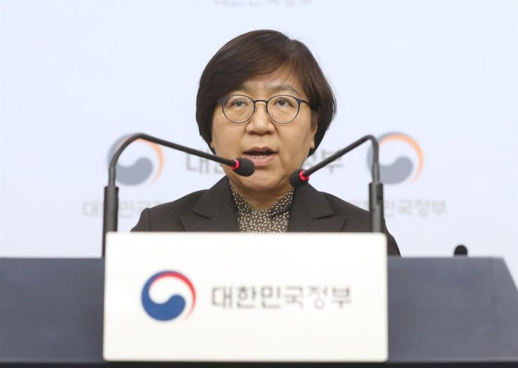 Jung Eun-kyeong, director of the Korea Centers for Disease Control and Prevention, announces measures to prevent the spread of Wuhan coronavirus during the upcoming four-day Lunar New Year holiday at the Government Complex in Seoul, Thursday. Yonhap