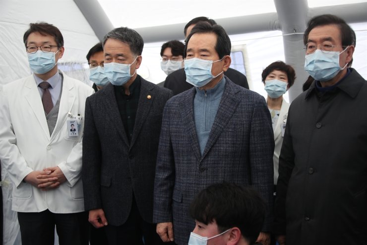 Prime Minister Chung Sye-kyun, second from right, is briefed on preparation to prevent the spread of a new type of coronavirus from China during his visit to Seoul Metropolitan Government-Seoul National University Boramae Medical Center, Monday. / Yonhap